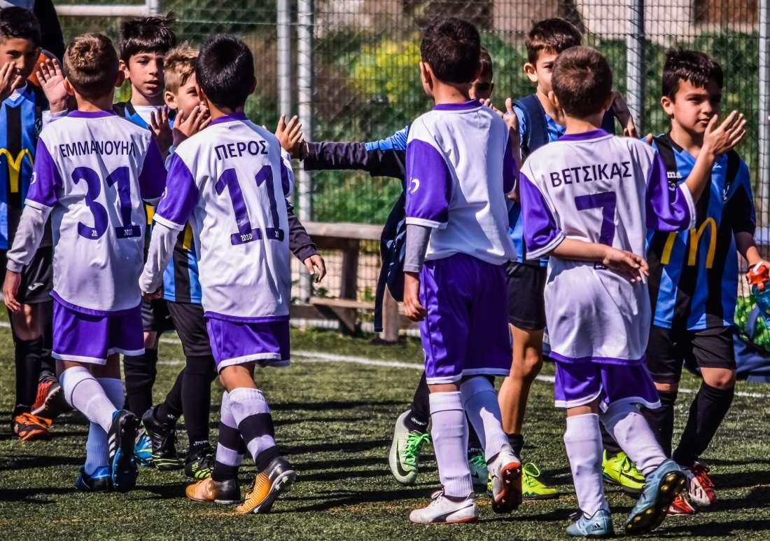 Dziecięce drużyny piłkarskie witają się przed meczem