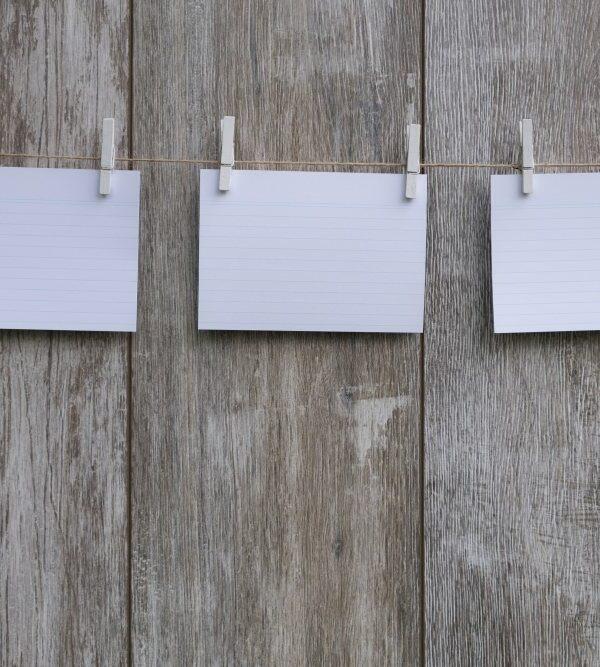 Kartki papieru przyczepione spinaczami do sznurka
