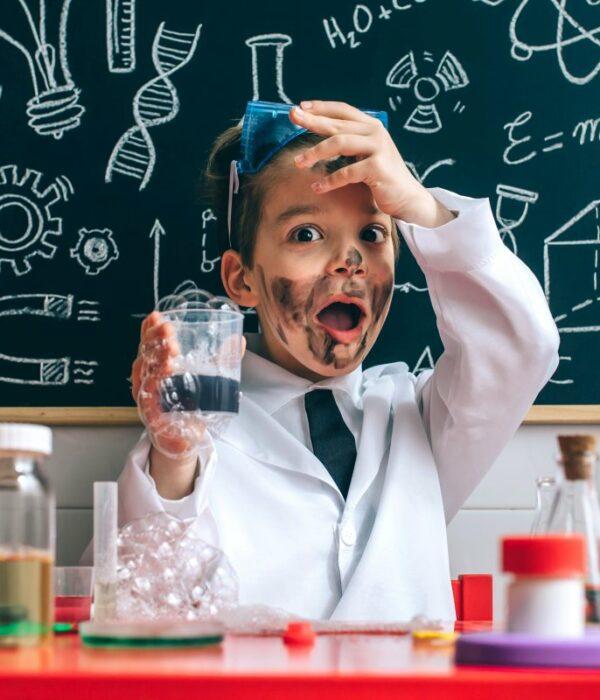 młody wynalazca w szkolnej pracowni chemicznej