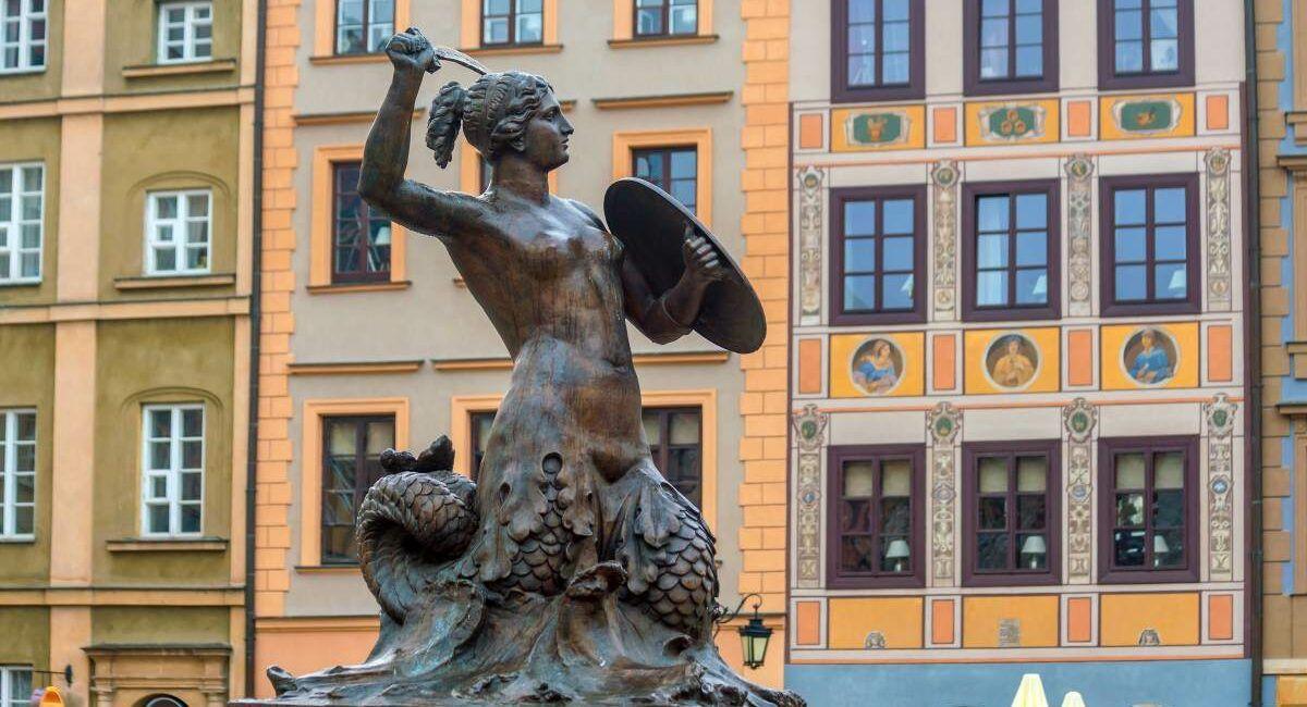 Pomnik Warszawskiej Syrenki na rynku Starego Miasta