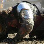 pokonany rycerz leżący na ziemi