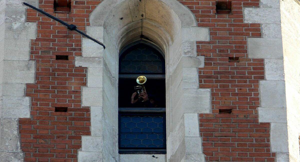 Trębacz widoczny w oknie wieży mariackiej