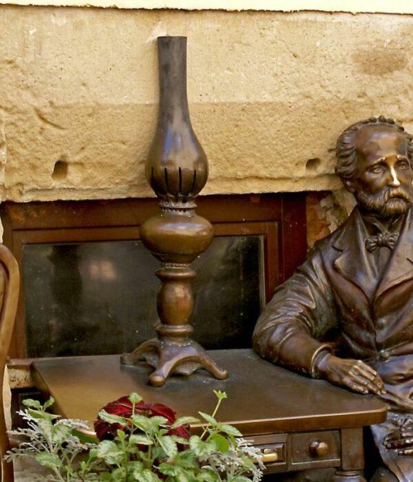 pomnik Ignacego Łukasiewicza i lampy naftowej