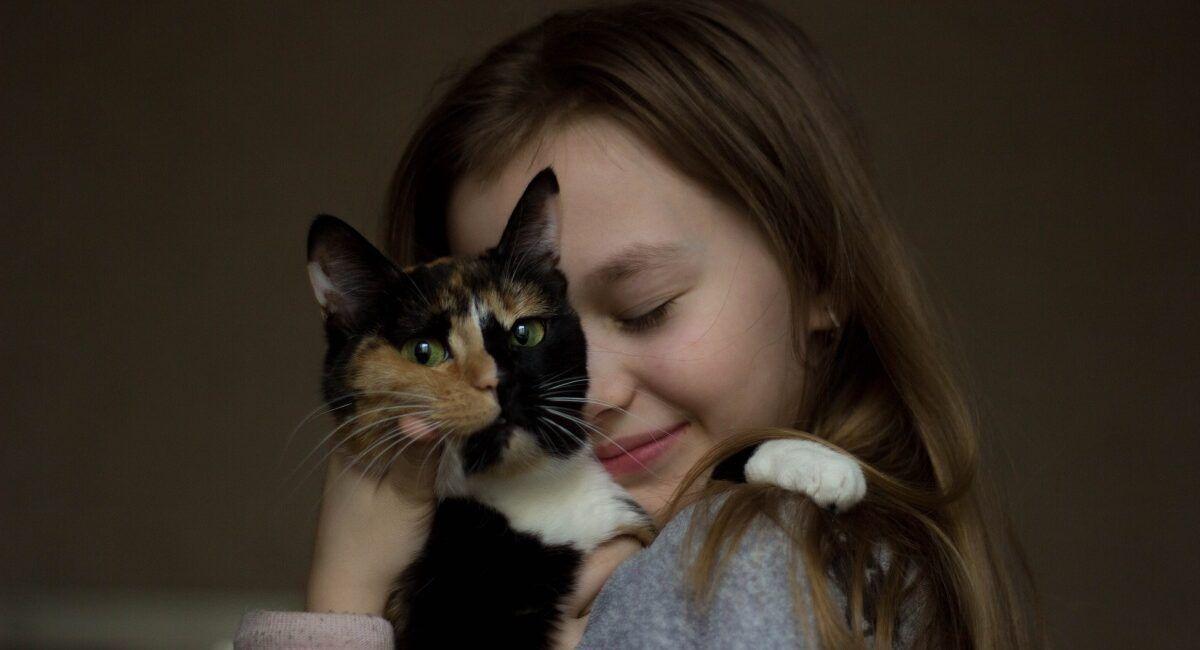 Dziewczynka przytulająca kota