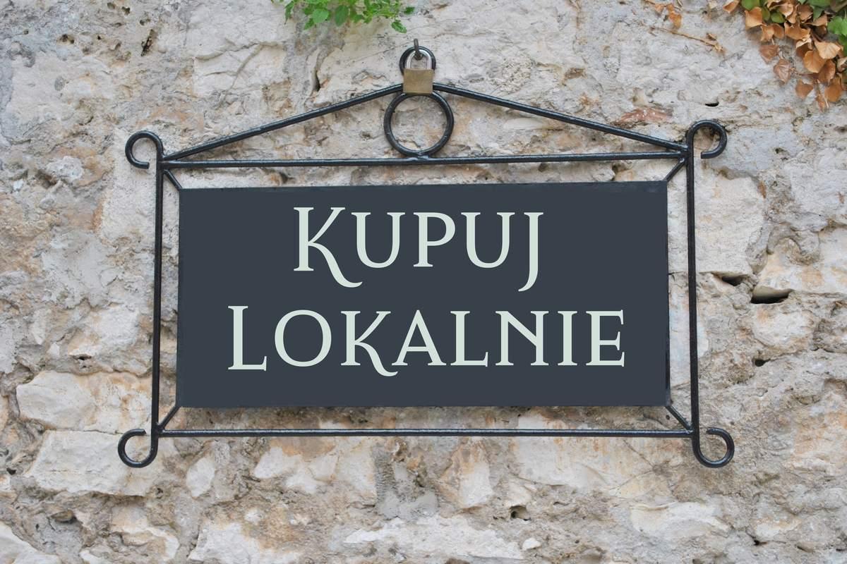 Patriotyzm lokalny - tabliczka z napisem kupuj lokalnie