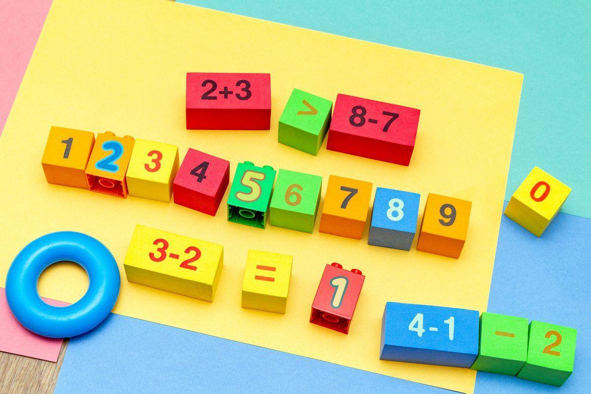 Klocki z cyferkami i działaniami. Zabawy matematyczne