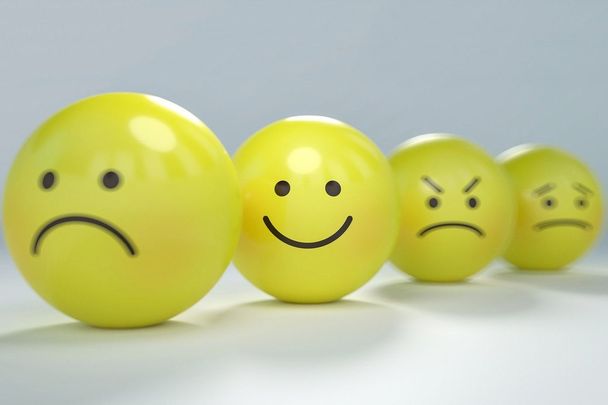 Buźki - emotikony przedstawiające emocje: smutek, radość, złość
