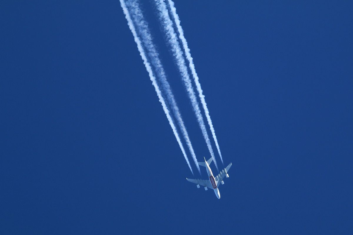 odrzutowiec zostawiający białe smugi na błękitnym niebie