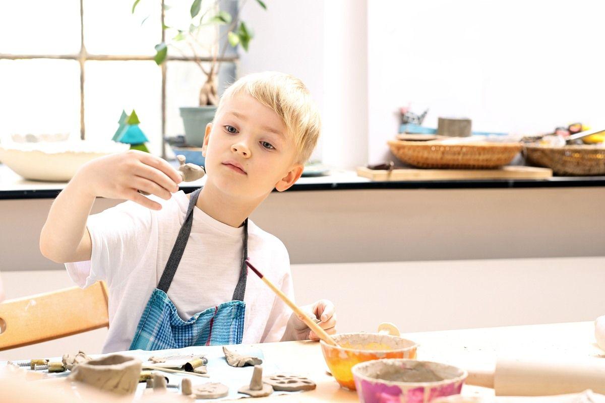 Chłopiec lepiący figurki - ceramika dla dzieci