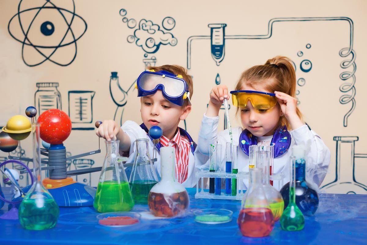 Chłopiec i dziewczynka wykonują eksperyment chemiczny
