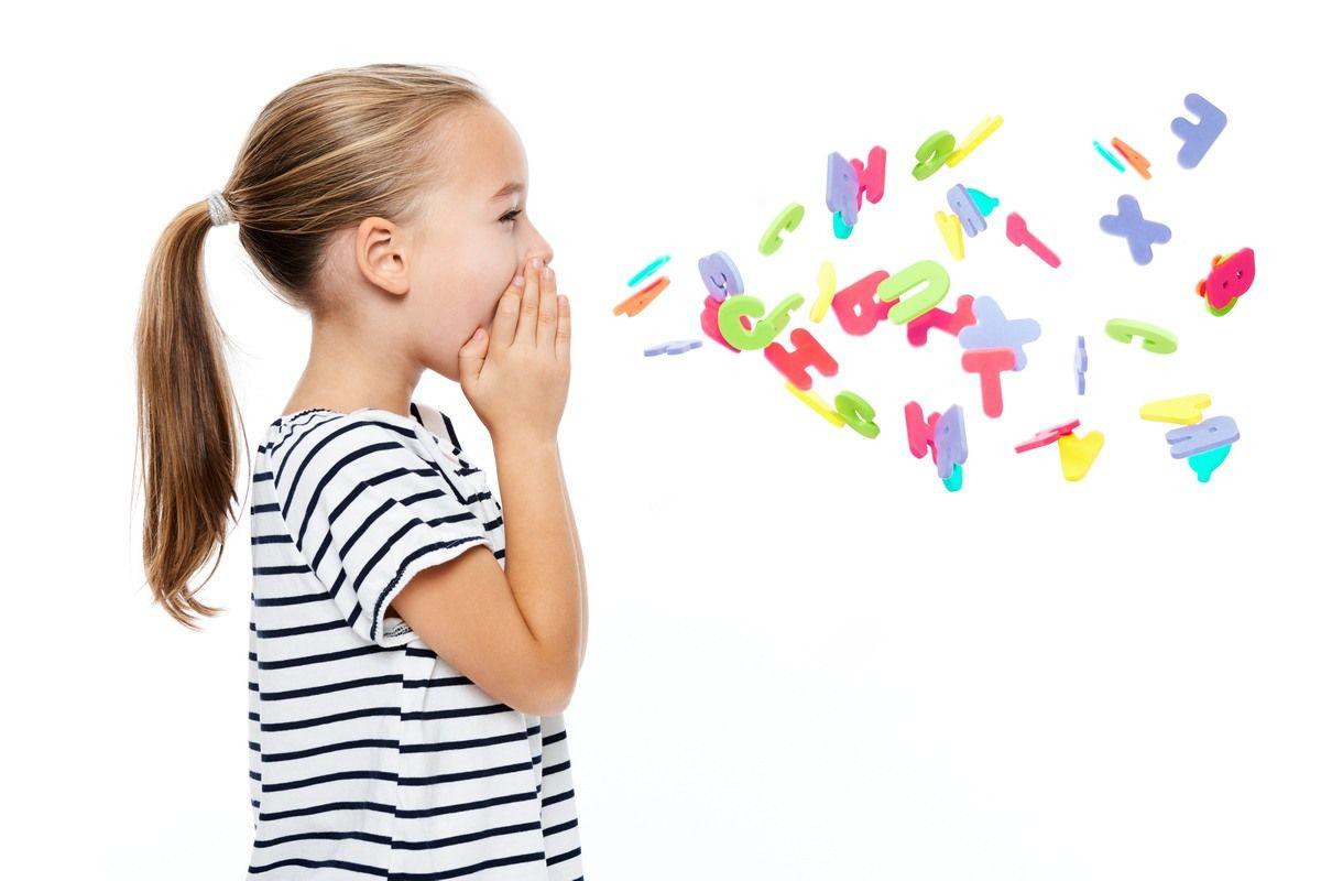 Dziewczynka wykrzykująca litery, głoski