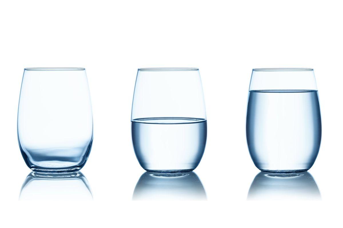 Szklanki napełnione wodą do różnej wysokości