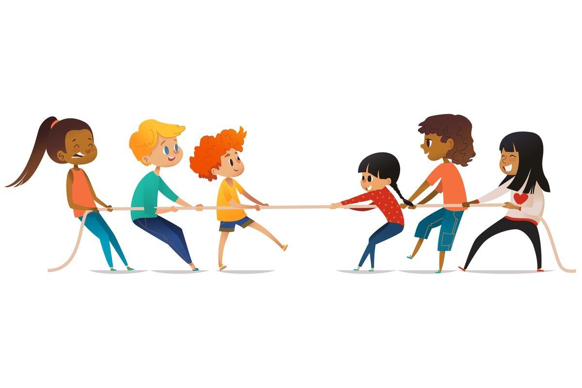 dzieci grające w przeciąganie liny