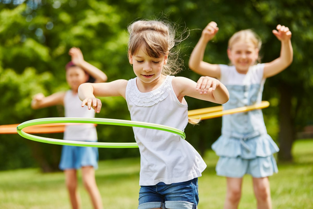 Dziewczynki bawiące się hula hop