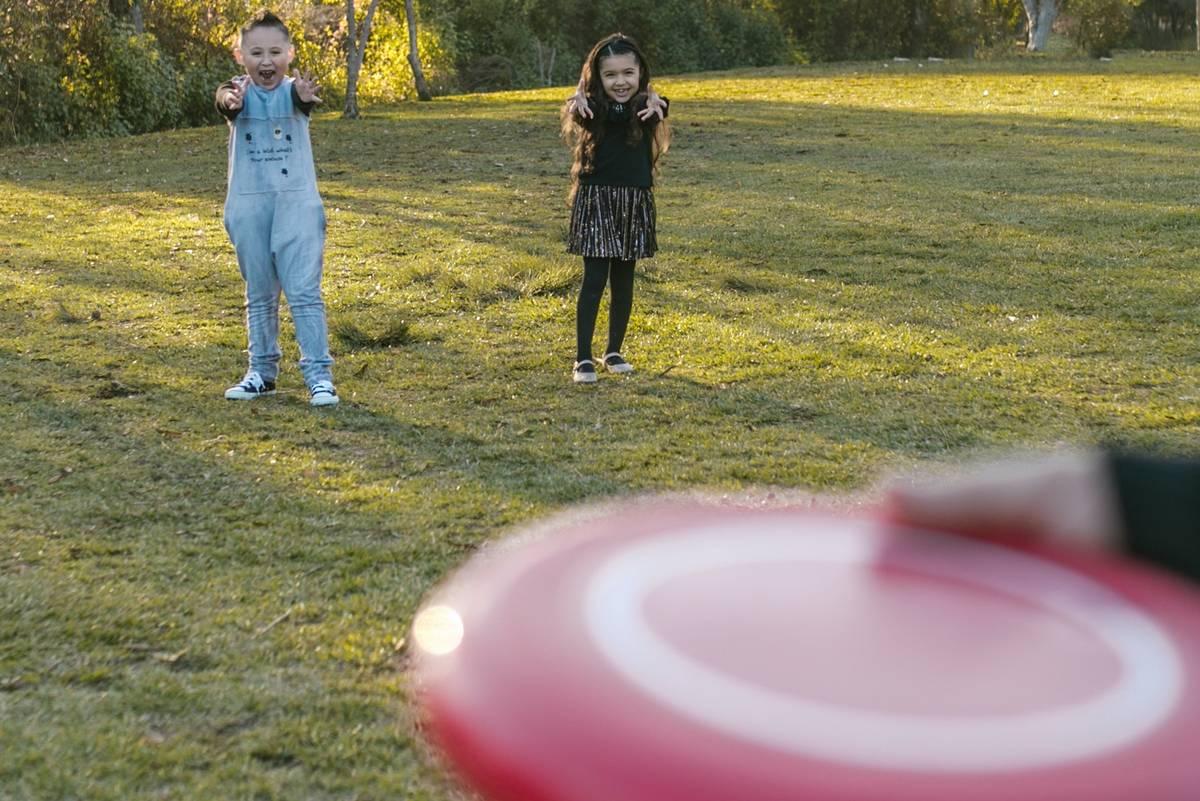 Dzieci łapiące dysk frisbee